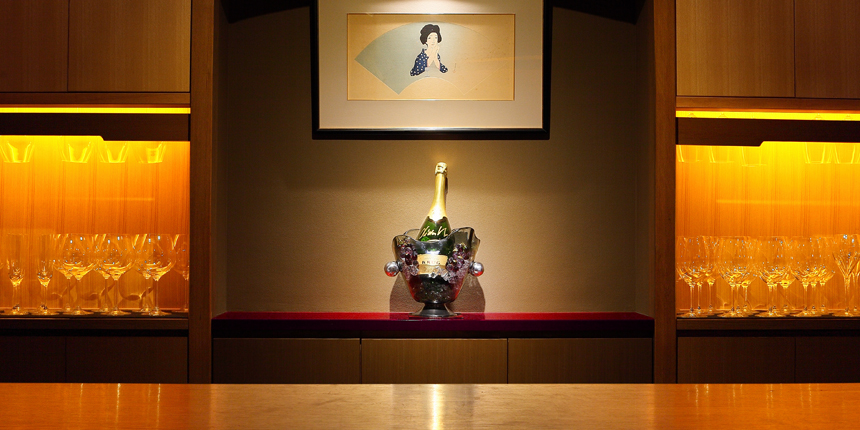 An elegant and relaxing wine & cocktail bar located in the Miyagawa-cho geisha quarters.